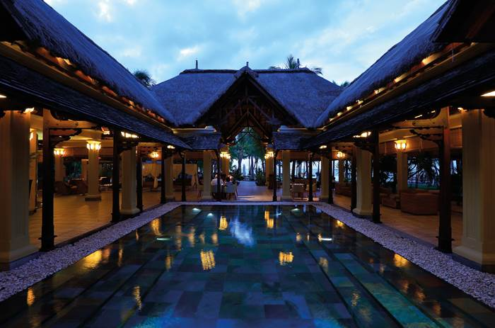 The resort at Beachcomber Paradis Hotel & Golf Club in Mauritius at night