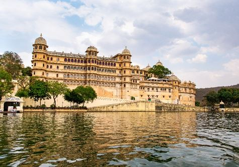 Udaipur city lake Pichola - Indian Adventure